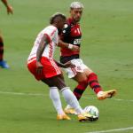 Flamengo vence Internacional de virada e fica perto do bicampeonato brasileiro