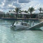 Avião monomotor cai em piscina de resort e deixa três pessoas feridas