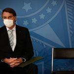 + VACINA: De máscara, Presidente Jair Bolsonaro sanciona lei que viabiliza compra de vacinas de Pfizer e Janssen